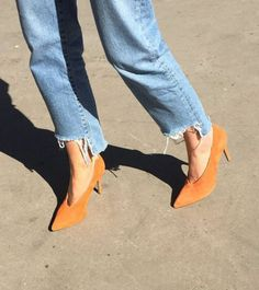 Team these orange suede pumps with rolled-up boyfriend jeans + a romantic silk blouse. Look Fashion, Fashion Shoes, Womens Fashion, Fashion Trends, Gothic Fashion, Zerschnittene Jeans, Jeans Shoes, Talons Oranges, Looks Style