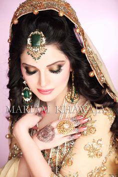 most beautiful indian bridal makeup. without the undesirable patchiness that often comes with manual application scroll down and find the most beautiful indian bridal makeup ideas for your inspiratio. Pakistani Bridal Hairstyles, Pakistani Bridal Makeup, Pakistani Jewelry, Bridal Makeup Looks, Bridal Looks, Wedding Makeup, Covet Fashion, Moda Indiana, Make Up Braut