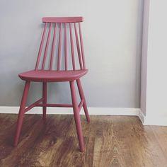 #Pudrowy róż. #farbakredowa #decorpaintsoft w kolorze #burgund czyli #ściema. Niemniej #piękny wyszedł #patyczak #krzesłopatyczak #pinkchair #renowacja #odnawianiemebli #diy #diypainting #renovation #refreshing #metamorfoza #metamorphosis #przemiana #mojapracamojapasja #diyproject #interior #tapiovaara