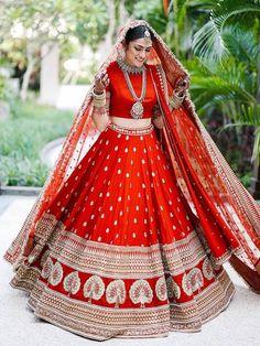 This Bride Slayed In Deepika Padukone's Wedding Lehenga Look-Alike! This Bride Slayed In Deepika Padukone's Wedding Lehenga Look-Alike! Indian Lehenga, Sabyasachi Wedding Lehenga, Wedding Lehnga, Bridal Lehenga Choli, Red Lehenga, Plain Lehenga, Lehenga Skirt, Punjabi Wedding Dresses, Anarkali