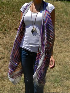 DIY No Sew Scarf to Long Vest Tutorial from DIY Confessions here. 5 x 5 foot scarf (or fabric). No Sew Scarf, Scarf Vest, Diy Scarf, Scarf Ideas, Strand Pool, The Cardigans, Diy Vetement, Do It Yourself Fashion, Long Vests