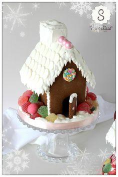 Χριστουγεννιάτικο Σπιτάκι | Christmas House - Sweetius Gingerbread Houses, Desserts, Food, Tailgate Desserts, Deserts, Essen, Postres, Meals, Dessert