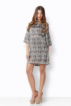 3db18f11a738 ΑΛΦΑ ΣΑΤΕΝ BEAD BROWN Ένα φόρεμα από φίνο σατέν σε άλφα γραμμή που  ταιριάζει σε όλα