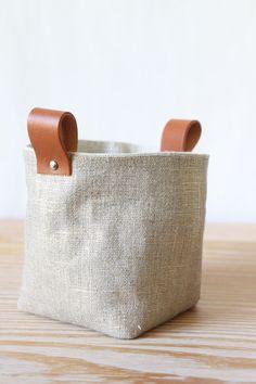 Mini-Linen Box panières panier en tissu lin linen et cuir Linen Baskets, Diy Inspiration, Jute Bags, Fabric Storage, Leather Handle, Leather Box, Storage Baskets, Storage Boxes, Leather Accessories