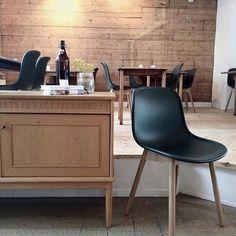 Deze Neu stoel komt uit de Wrong for HAY collectie, een samenwerking tussen HAY en de in Londen gevestigde ontwerper Sebastian Wrong. De ergonomisch verfijnde k