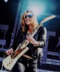 Screaming Like A Siren She is the fire! Lzzy Hale, Women Of Rock, Guitar Girl, Halestorm, Female Guitarist, Guitar Songs, Les Paul, Gothic Beauty, Hard Rock
