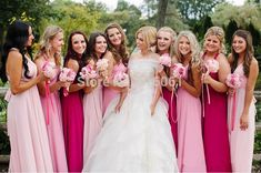 Madrinhas em tons de rosa.