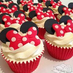 De uma simplicidade que encanta!!!! Cupcakes By @trulymadlysweetlycupcakes ! #Cupcakes #docesdefesta #festainfantil #festaminnie #minnie #disney #ideas #inspiraçao #kidsparty #partyideas