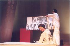 """Gustavo Pernas e Ánxela Abalo representando """"A vella sensación do prohibido"""" nos Premios Xerais 2000"""
