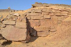 Los arqueólogos detrás de este proyecto piensan que el muro de contención sirvió para estabilizar la ladera de una colina que supuestamente acogería una serie de tumbas en su seno.