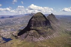 The imposing mountain Suilven in northern Scotland rises sharply hundreds of metres above the surrounding moorland.
