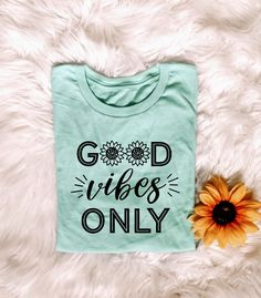 good vibes only - good vibes- hippie shirts - hippie style - hippie quotes - happy - sunflowers - flowers - wild flowers 70s Shirts, Vinyl Shirts, Cute Shirts, Funny Shirts, Good Vibes Only Shirt, School Shirt Designs, Hippie Quotes, Hippie Shirt, Shirt Print Design