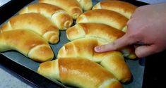 Voňavé a extrémne chutné domáce rožky podľa tohto receptu z youtube si hravo pripravíte doma a môžete ich mať vždy čerstvé na stole.Potrebujeme:10 g sušeného droždia1 PL kryštálového cukru1 pohár (100 ml) teplého mlieka1 pohár … Pastry Recipes, Bread Recipes, Kiflice Recipe, Kitchen Hacks, Hot Dog Buns, Make It Yourself, Breakfast, Food, Islam
