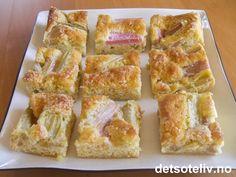 Med sommerens rabarbra kan du raskt lage den deiligste langpannekake! Oppskriften er til liten langpanne. Rhubarb Recipes, Scones, Granola, Quiche, Tapas, French Toast, Muffins, Sweets, Snacks