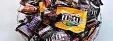 How do you keep your kids safe on Halloween without ruining their fun? Check out our helpful list of Halloween safety tips to keep your children safe. Bonbon Halloween, Halloween Candy, Happy Halloween, Fast Dinners, Easy Weeknight Dinners, Easy Meals, Halloween Safety Tips, Party Chicken, Fast Easy Dinner
