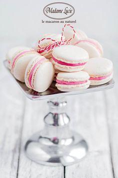 Martisorul se reinventeaza intr-un macarons in alb si rosu, cu arome irezistibile de ciocolata si trandafir. #macarons #madamelucie