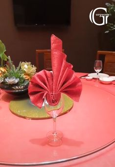 Beautiful napkin folding ideas 5 easy yet elegant napkin folding ideas to impress your guests Diy Crafts Hacks, Diy Home Crafts, Serviettes Roses, Paper Napkin Folding, Napkin Folding Flower, Diy Art, Food Art, Napkins, Paper Crafts