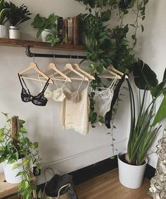 Legend Plant Decor Bedroom - likes and inspirstion - - Decoration bedroom - Blumen Bedroom Plants Decor, Plant Decor, Nature Bedroom, Garden Bedroom, Decor Room, Uk Plant, Nature Inspired Bedroom, Diy Bedroom Decor, Bedroom Ideas