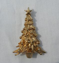 This festive gold tone Christmas tree pin is signed Napier. It is a great piece of small, simple holiday jewelry. Great gift for the