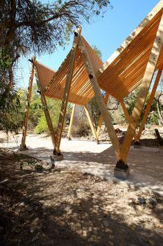 Galeria de Pergolado de madeira como uma continuação entre a cobertura e os pontos de apoio - 14