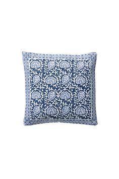 Mönstrad kudde i etnisk stil på grövre bomullskvalité. Inred med härliga blå toner. Passar in i många hem och stilar. Material: 100% bomull. Storlek: 45x45 cm. Beskrivning: 1-pack kuddfodral i handvävd bomull med tryckt mönster. Enzymtvättad (gör textilen mjukare samt ger en lite sliten känsla) enfärgad baksida. Blixtlås på baksidan. Skötselråd: Tvätt 40°. Krympning max 5%. Tips/råd: Matchar bra med enfärgade kuddfodral som t.ex. COLOURi i härlig bomullskvalité.