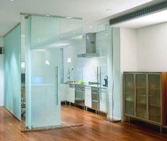 Otwartą na salon kuchnię można wydzielić z przestrzeni szklanymi, przesuwnymi taflami. Niechciany kuchenny rozgardiasz łatwo wtedy szybko zasłonić lub przeciwnie, otworzyć, aby powiększyć wnętrze i umożliwić korzystanie z niego bez zbędnych przeszkód.