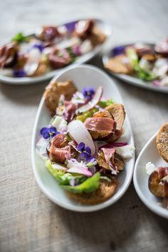Smukke forretter Salat med blommer, parmaskinke, gedeost og crudite