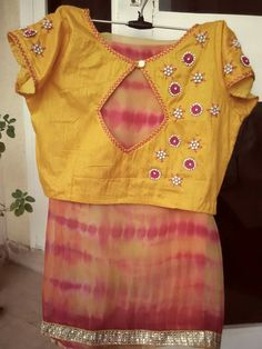 Simple and stylish blouse back neck designs - fashion Simple Blouse Designs, Saree Blouse Neck Designs, Stylish Blouse Design, K Fashion, Ethnic Fashion, Blouse Designs Catalogue, Designer Blouse Patterns, Blouses, Work Blouse