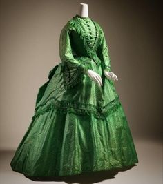 """""""In the Victorian Era, green dresses were dyed with arsenic-based pigments. These 'Poison Green' dresses caused horrible physical suffering and early death"""" 1870s Fashion, Victorian Fashion, Vintage Fashion, Victorian Era, Vintage Gowns, Vintage Outfits, Vintage Clothing, Civil War Dress, Old Dresses"""