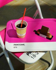 모나코에 생긴 팬톤 팝업 카페 | 컬러에 있어 상징적 회사인 팬톤(PANTONE, http://www.pantone.com)이 모나코에서 자신들의 브랜드를 활용한 팝업 카페를 선보였다. 모든 액세서리들은 팬톤에서 개발한 색상값을 활용하였고 각 음료나 간식은 팬톤의 고유한 컬러와 완벽히 일치시키는 재미를 더하였다. PANTONE 다음에 위치한 숫자는 팬톤의 고유한 컬러 코드이며 이는 위에 있