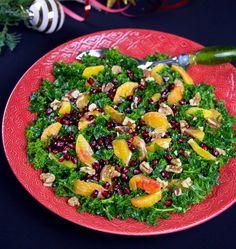 Fantastiskt grönkålssallad med frisk och fruktig smak. Jag smaksätter vinägretten med granatäppelsirap, det stärker smaken på granatäppelkärnorna och ger salladen en fräsch syrlig smak. Har du inte granatäppelsirap hemma funkar det jättebra med lite citron och balsamico också. Du kan förbereda kålen flera timmar innan servering. Ett fräscht och gott tillbehör på julbordet! 8-10 portioner 500 g grönkål 4 st blodapelsin (vanlig apelsin funkar också bra) 1 granatäpple 1 dl grovhackade valnötter…