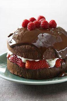 un gateau au chocolat, un rien décadent, bourré de chocolat et de fruits rouges, encore hors saison, mais pour une fois...