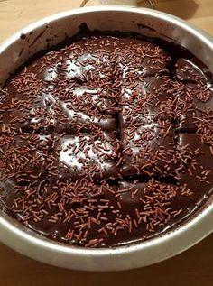 """Η Συνταγή είναι της κ.  Maria Antonakou – """"Οι Προκομμένες/οι - Συνταγές"""".    ΥΛΙΚΑ  2 φλυτζ. φαριν απ,   1 φλυτζ. ζαχαρη,  1/2 φλυτζ. κακαο,   1 φλυτζ. σπορελαιο,   1 φλυτζ. νερο,   2 βανιλιες,   2 αυγα     Για το γλασο σοκολατας: Greek Sweets, Greek Desserts, Party Desserts, Just Desserts, Kitchen Recipes, Cooking Recipes, Easy Chocolate Pie, Food Gallery, Food Snapchat"""