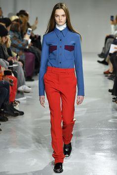 Alerta Fashion Week - NY Feminino - Os tons de vermelho sempre ganham destaque, principalmente nas coleções de Inverno. Nesta temporada, a aposta é pela versão mais vibrante da cor, que foi escolhida por diversas marcas, tanto em propostas casuais como sociais. Imagem: Calvin Klein