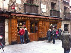 Casa Botín. Situado en la calle cuchilleros. Figura en el libro Guinness de los récords como el más antiguo del mundo.