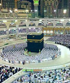 ﷽ لَا تَحْزَنْ إِنَّ اللَّـهَ مَعَنَا ۖ رنج نہ کرو بیشک اللہﷻ ہمارے ساتھ ہےـ Don't be sad; Indeed Allah is with us. Mecca Wallpaper, Islamic Wallpaper, Islamic Images, Islamic Pictures, Masjid Haram, Mecca Masjid, Mecca Islam, Medina Mosque, Allah