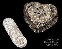COF JC 009 - pecho en forma de corazón plateado/Perla plata con abalorios de cristal. Incluye las 13 monedas tradicionales utilizadas en la ceremonia de la boda.