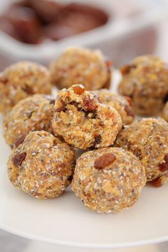 These Healthy Weet-Bix Balls with medjool dates, honey, coconut, chia seeds and sultanas are super easy to make and take only 10 minutes to prepare. Date Recipes Healthy, Protein Bar Recipes, Honey Recipes, Lunch Box Recipes, Sweet Recipes, Vegan Recipes, Snack Recipes, Cooking Recipes, Lunchbox Ideas
