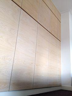 Deze kastenwand geeft heel veel opbergruimte in de slaapkamer. De kast is volledig naar wens en idee uitgevoerd: de totale hoogte en breedte van de muur is benut voor bergruimte. Er is daarbij rekening gehouden met een efficiënte indeling voor de verschillende kledingstukken.