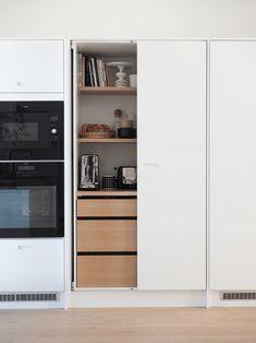 aamiaiskaappi tammi Rustic Kitchen, Kitchen Dining, Best Kitchen Lighting, Cool Kitchens, Modern Kitchens, Modern Kitchen Design, Kitchen Organization, Dining Area, Cupboard