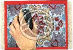 Alfombrilla para ratón de la gama alfombras persas. Se trata de una alfombrilla de ratón que imita una alfombra persa pues en su fina capa aterciopelada está impreso un típico diseño de alfombras arabes. Además dispone de flecos en ambos lados que todavía le confieren un aspecto más real. Tamaño 230 x 180 y grosor 3 mm. Fabricada en material flexible y con un sistema de fijación anti-deslizante en su parte inferior.