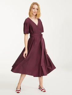4d07b26f9f Sukienka midi w jedwabnym i bawełnianym płótnie z krzyżowym dekoltem w  szpic i krótkimi rękawami.