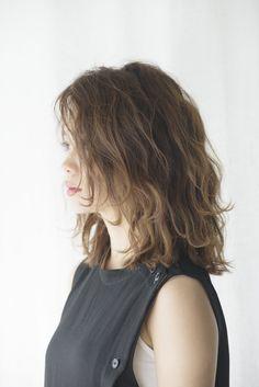 プレーンなIラインのファッションは 無造作なミディアムヘアで抜け感を。 - ヘアカタログ|シュワルツコフ オンライン