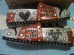 Texas Longhorn Toms by: Karen Laughlin Hand Painted Toms, Painted Shoes, Summer Clothes, Summer Outfits, Hook Em Horns, Texas Pride, Texas Longhorns, Crazy Shoes, Silver Glitter