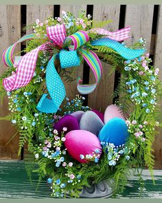 Don't want to bother with the difficult task of decorating your house for Easter? You can take special Easter Decoration Ideas to the next level and make your house look exactly the way you want it to. Rustic Winter Decor, Red Truck Decor, Diy Ostern, Easter Table, Easter Eggs, Easter Party, Easter Gift, Christmas Arrangements, Table Arrangements