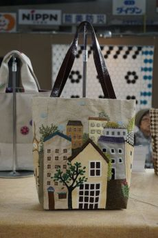Koala's place – CrossStitch&Patchwork & Embroidery: Tokyo International Grea… Koala's place – CrossStitch&Patchwork & Embroidery: Tokyo International Great Quilt Festival 2018 – Part 2 (Bags) Quilt Festival, Patchwork Bags, Quilted Bag, Japanese Patchwork, Patchwork Quilting, Patchwork Designs, House Quilts, Bag Patterns To Sew, Knitting Patterns