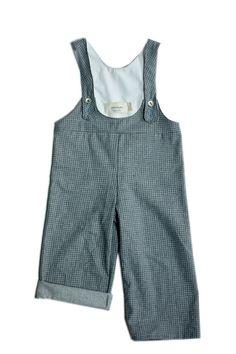 Salopette , dos nageur.Longueur de bretelles réglables par 2 niveaux de boutonnage.Existe en 6-12m, 18-24m, 3-4a et 5-6aPilou gris à petit carreaux, 100% cotonLavage à 30°C-------------------------------------------Overalls, racerback.Adjustable straps with 2 levels button.Available in 6-12m, 18-24m, 3-4y and 5-6yGrey flannel plaid printed, 100% cottonWashable at 30°C