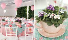 As mesas delicadas criam o clima de fantasia. Decore-as com toalhas e sobretoalhas floridas de algodão. As ursas de pelúcia amarradas nas cadeiras dão um charme especial à festa. Coloque nos centros das mesas de jantar xícarascachepôs com arranjos de violetas