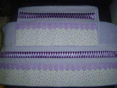 Jogo de solteiro de toalhas trançadas em fita de cetim com barrado em tecido 100% algodão ou bordado inglês.O jogo de solteiro é composto por 1(uma) toalha de rosto e 1 (uma) de banho. R$ 85,00
