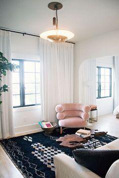 inspired living room decor in the Pantone Color of the Year 2016 Rose Quartz Living Room Inspiration, Interior Inspiration, Color Inspiration, Salas Home Theater, Deco Miami, Velvet Furniture, Turbulence Deco, Deco Design, Design 24